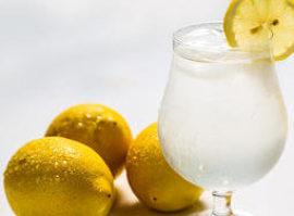 Πίνοντας ζεστό νερό με λεμόνι